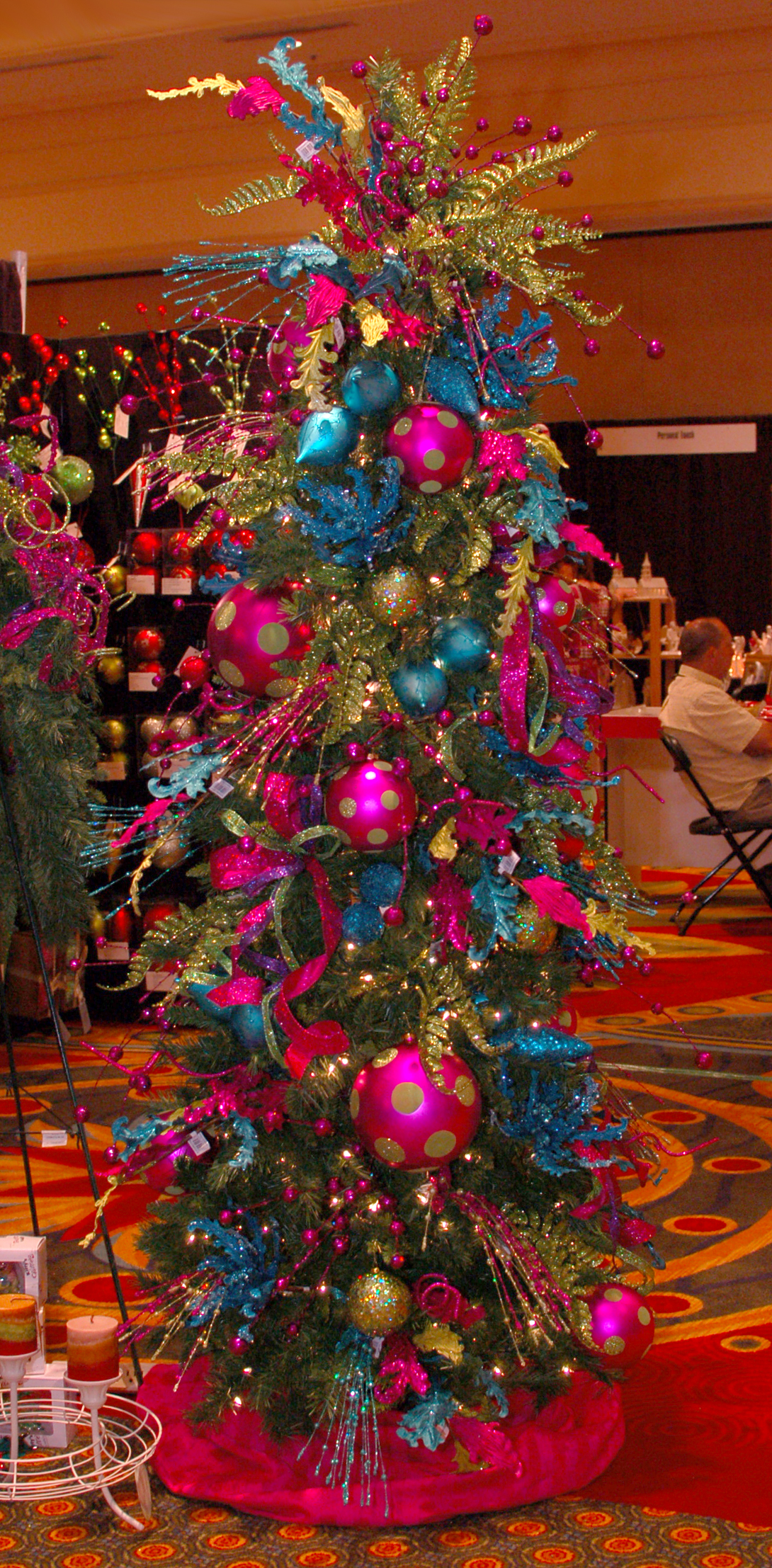 Glitz glam this ain t your momma s christmas decor for Salon xmas decorations